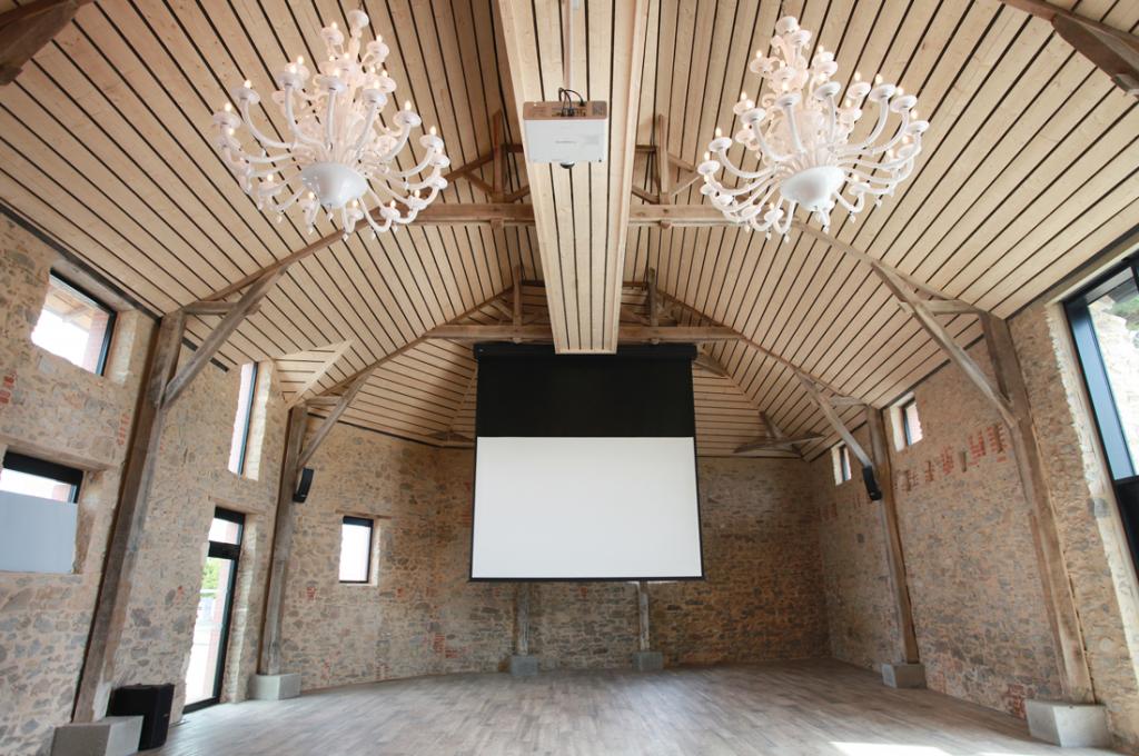 Écran de projection et vidéoprojecteur à La Salorge aux Sables d'Olonne